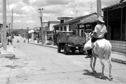 Campesino a caballo por las calles de Manicaragua